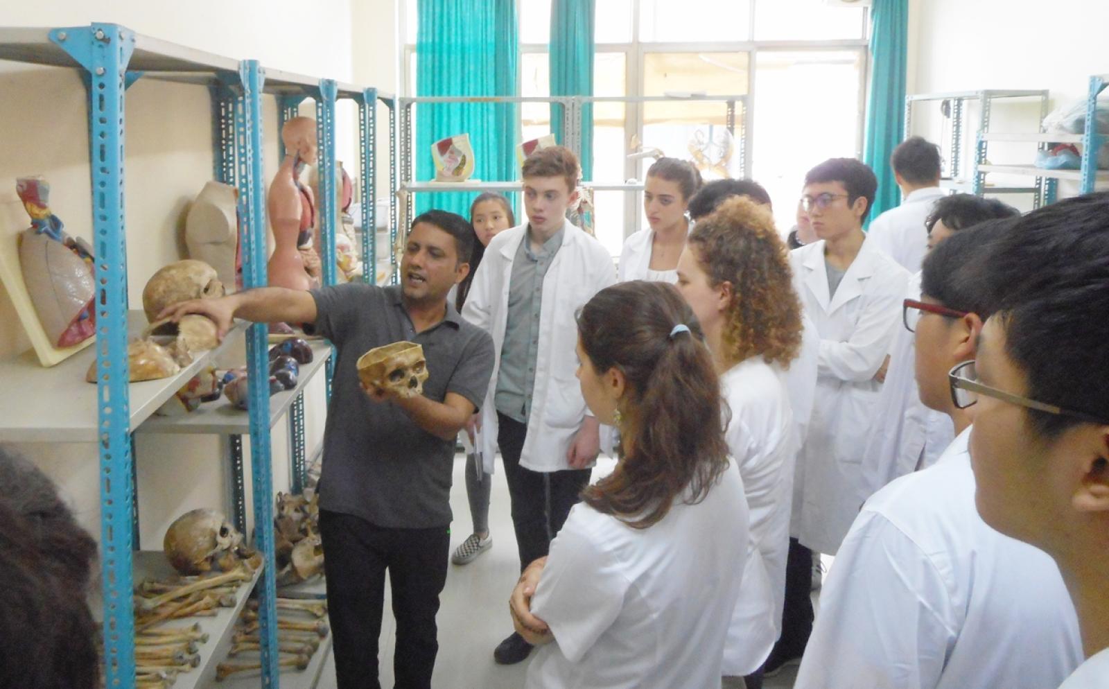 ネパールの病院で医療を学習する高校生ボランティアたち